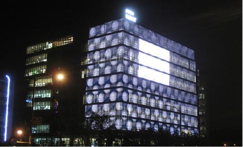 リニア―パネルを設置した建物の外観