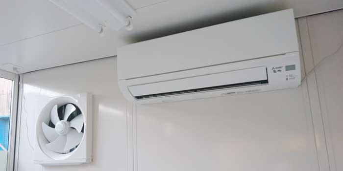 屋外喫煙所のエアコンと換気扇